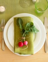 simple outdoor table setting idea