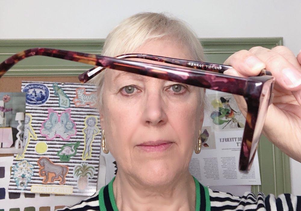 how to remove glare on eyeglasses