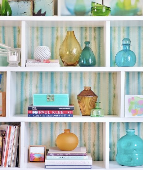 easy decorating ideas wallpaper behind bookcase